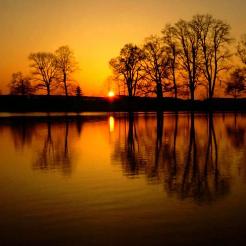 夕阳下的湖畔